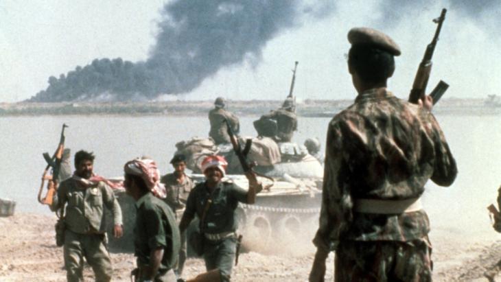 الحرب العراقية الإيرانية: جنود عراقيون أمام مرفأ إيراني لنقل النفط عام 1980. Foto: dpa/picture-alliance