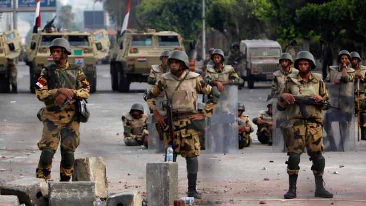 الجيش يمنع المرور في أحد شوارع القاهرة. رويترز