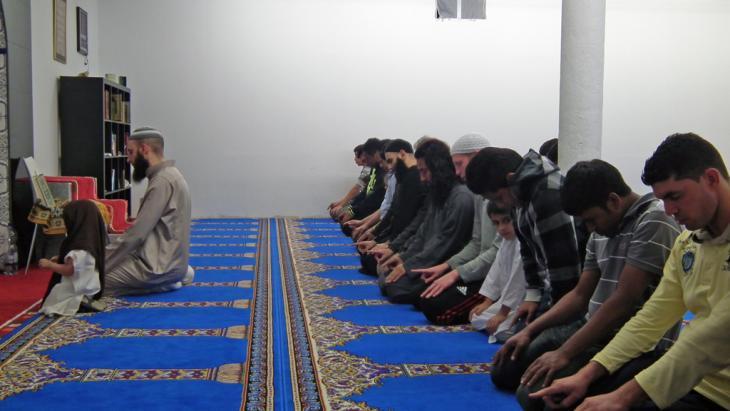 مسلمون يصلون في أحد مساجد مدينة بون الألمانية أغسطس 2012.   DW