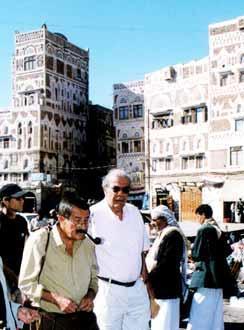 الأديب الألماني غونتر غراس وهو يتجول في شوارع صنعاء القديمة. DW