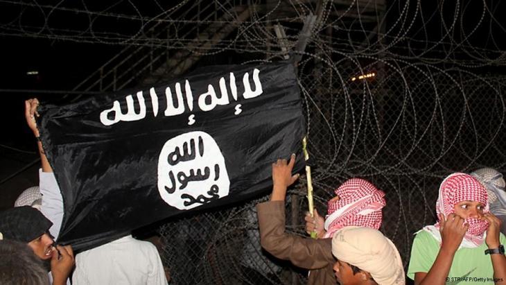 بدو في سينا المصرية يلوحون بعلم السلفيين. Foto: AFP/Getty Images