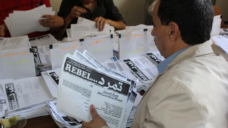 استمارات توقيع ضد مرسي ضمن حملة حركة تمرد .  Foto: Hammuda Bdewi