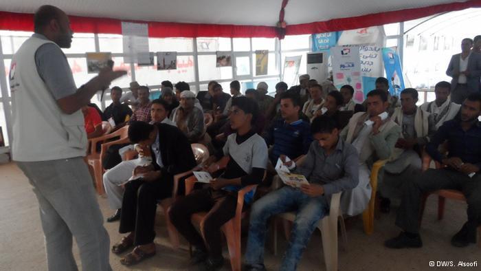 محاضرة عامة في اليمن لزيادة الوعي بأهمية الحوار السياسي. Deptember 2013; Copyright: DW/S. Alsoofi