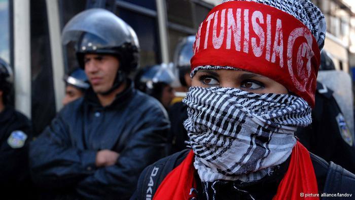 فتاة تونسية متظاهرة. Picture Alliance