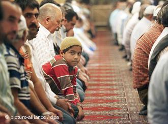 في مسجد تركي في ألمانيا عقب أداء الصلاة. photo: picture-alliance/dpa