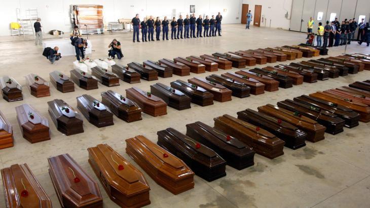 توابيت الموتى بعد كارثة قارب اللاجئين. Foto: Reuters