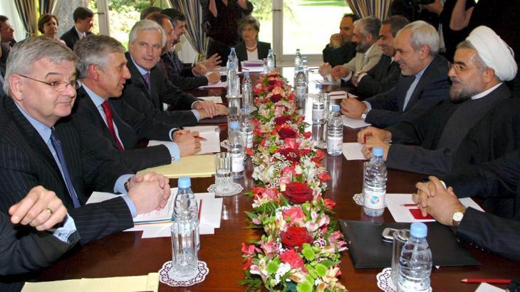 مفاوضات بين الغرب وإيران حول الملف النووي الإيراني عام 2005 . ويبدو روحاني إلى يمين الصورة في مقابل ممثلي ألمانيا وفرنسا وبريطانيا والاتحاد الأوروبي.    Foto: dpa/picture-alliance