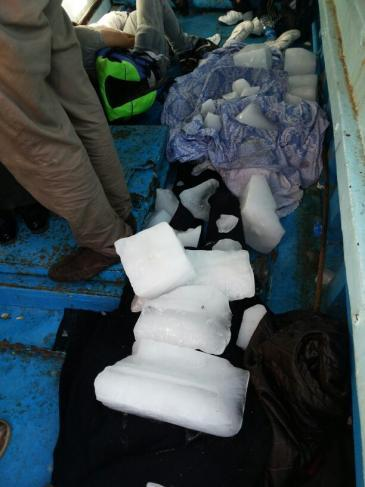 تم حفظ جثث اللاجئنين في القوارب باستخدتم الثلج. Foto: Karim El-Gawhary