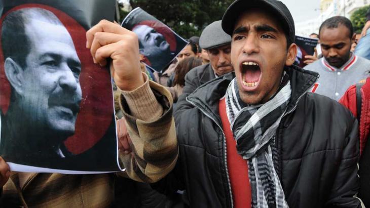 جانب من مظاهرات احتجاجية خرجت عقب اغتيال السياسي اليساري شكري بلعيد في تونس. Foto: AFP/Getty Images