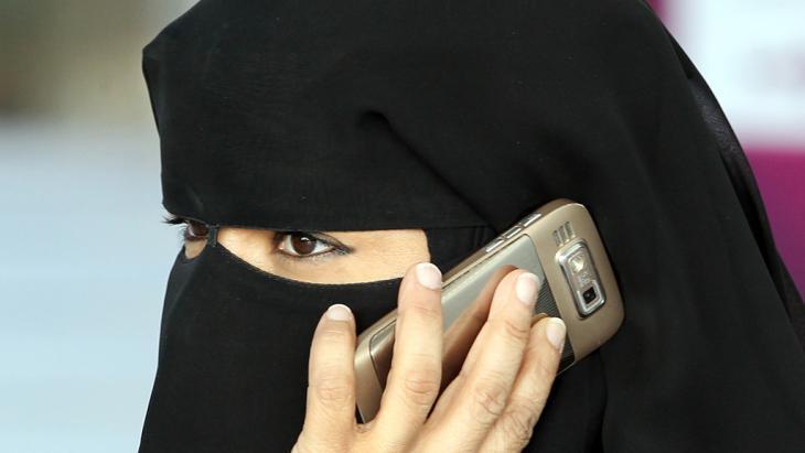 امرأة منتقبة تتكلم بالهاتف. photo: dpa