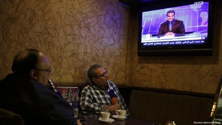 مصريون في مقهى يتفرجون على الحلقة الجديدة من برنامج باسم يوسف