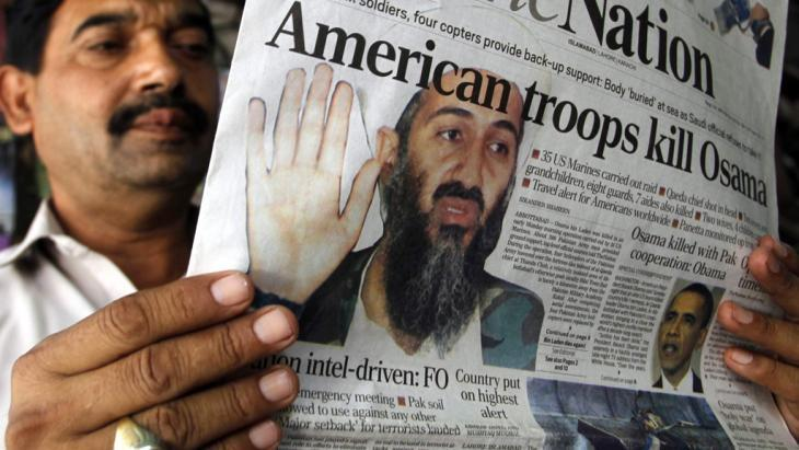 رجل في باكستان يقرأ في جريدة خبر مقتل أسامة بن لادن في الثالث من مايو/ أيار 2011. photo: picture-alliance/dpa