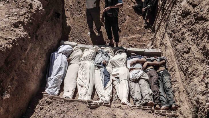 بعض جثث قتلى الغاز السام في غوطة دمشق.  Reuters