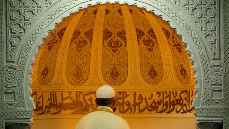 مسلم يصلي في مسجد في مينة بوردو. Foto: picture-alliance