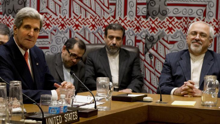 وزير الخارجية الأمريكي جون كيري مع نظيره الإيراني محمد ظريف في نيويورك. photo: Stan Honda/AFP/Getty Images