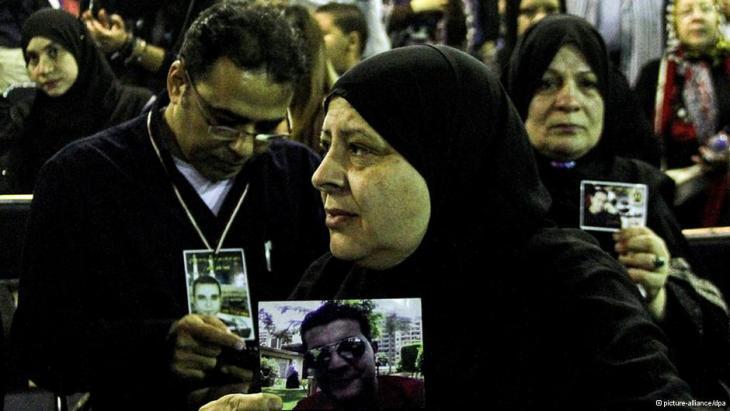 أقارب ضحايا الثورة يرفعون صور ذويهم القتلى.  Foto: picture-alliance/dpa
