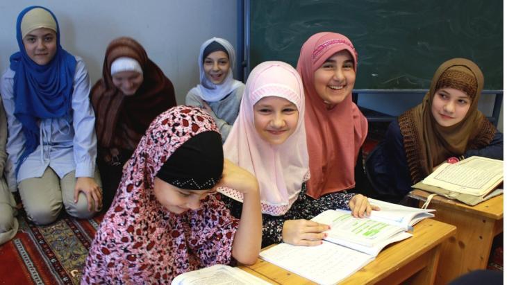 فتيات مسلمات في مدرسة لتعليم القرآن في النمسا. photo: Emir Numanovic/DW