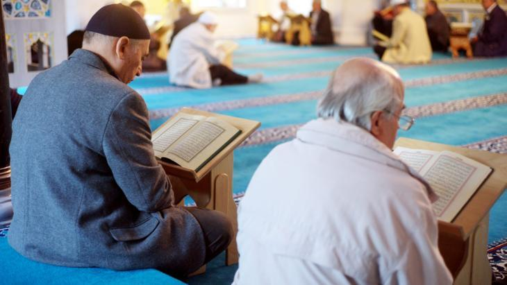 قراءة القرآن في أحد المساجد. Foto: picture-alliance/dpa