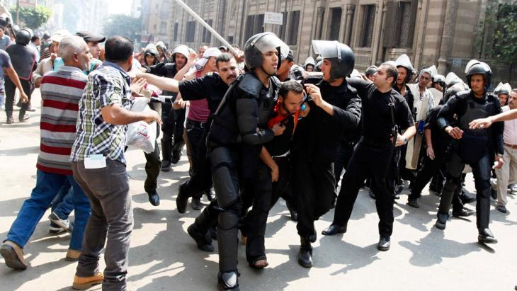 الشرطة تعتقل أحد أنصار مرسي في القاهرة بتاريخ 13 أغسطس 2013. photo: Mohamed Abd El Ghany / Reuters