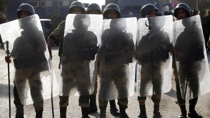 عناصر الأمن المصري في مواجهة أنصار الرئيس المعزول مرسي.  Foto: Reuters