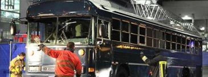 الحافلة التي قتل فيها جنديان أمريكيان عند مطار فرنكفورت الألماني. photo: dapd