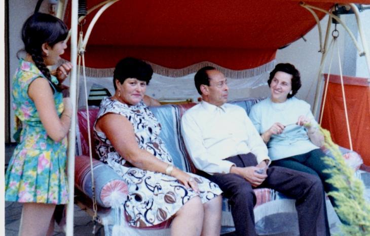 صورة من عام 1969 التُقِطَت للطبيب المصري الراحل محمد حلمي وزوجته إيمي (إلى اليمين). وبجانبهما أنا بوروس (التي أنقذها الطبيب من النازيين) وابنتها كارلا. photo: Yad Vashem