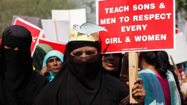 ناشطة مشاركة في مسيرة احتقالية بيوم المرأة العالمي في مدينة لاهور الباكستانية. 8 مارس/ آذار 2013. photo: Reuters