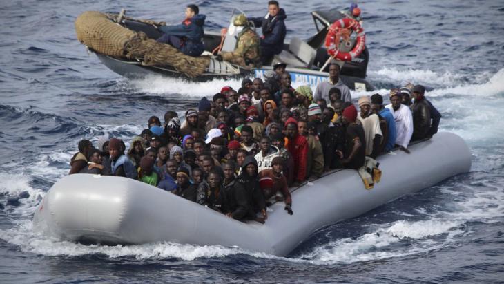 مهمة إنقاذ قام بها عناصر خفر السواحل الإيطالية. 28.11.2013; Foto: picture-alliance/ dpa