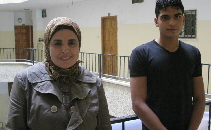 كاميليا أبو شكيم مع عبد الله وهو أحد أولادها الستة الذين تتراوح أعمارهم بين العاشرة والثانية والعشرين سنة. Foto: Inge Günther