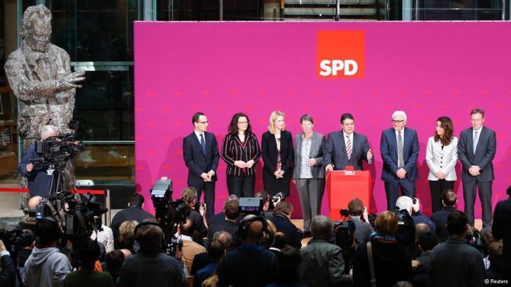 زيغمار غابرييل رئيس الحزب الاشتراكي الديمقراطي الألماني يتوسط أعضاء الحكومة الألمانية الجديدة. Foto: Reuters