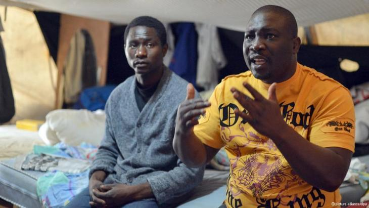 لاجئان إفريقيان في مخيم لللاجئين في ساحة أورانيا في برلين.    Foto: picture-alliance/dpa
