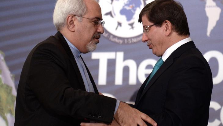 وزير الخارجية الإيراني الجديد محمد جواد ظريف (يسار) ونظيره التركي أحمد داود أوغلو خلال منتدى في اسطنبول عقد في الأول من نوفمبر/ تشرين الثاني 2013. Photo: AP