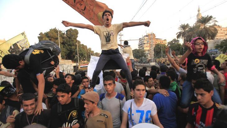 أنصار الرئيس المعزول مرسي يرددون هتافات ضد الأمن والجيش، في القاهرة. photo: Reuters/Amr Abdallah Dalsh