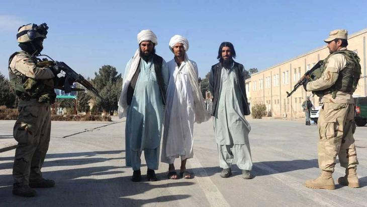 قوات أمن أفغانية تقبض على عناصر من حركة طالبان في يناير/ كانون الثاني 2013. photo: Aref Karimi/AFP/Getty Images