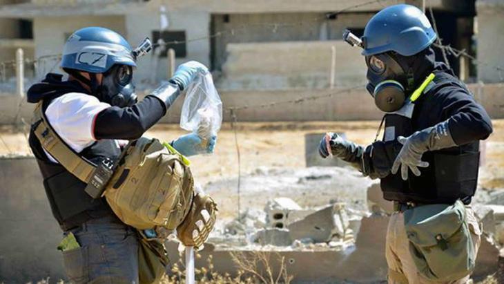 مفتشون تابعون للأمم المتحدة متخصصون بالأسلحة الكيماوية. منطقة عين ترما في ريف دمشق. Foto: AP