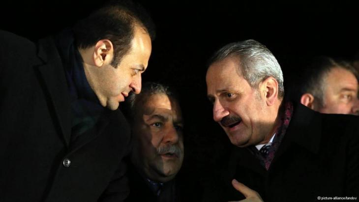 ظافر تشاغليان (يمين الصورة) ووزير الداخلية معمر غولر (يسار الصورة). Foto: picture-alliance/landov