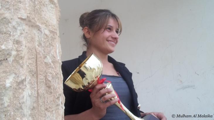 إلهام صالح تحمل كأس بطولة حلبجة لرياضة الطفر العريض  Mulham Al Malaika ©