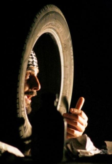"""الممثل والمخرج قاسم اسطنبولي في لقطة من مسرحية """"قوم يا با"""". © Mohamed Rajeb"""