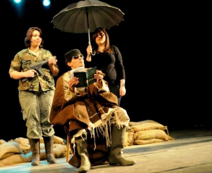 """لقطة من مسرحية """"زنقة زنقة"""" للمخرج المسرحي قاسم اسطنبولي. © Mohamed Rajeb"""