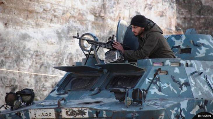 أحد مقاتلي الجبهة الإسلامية التي أعلنت الحرب على داعش