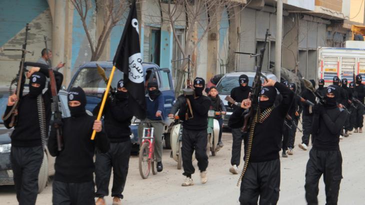 مقاتلو داعش في استعراض لهم بمدينة تل أبيض في محافظة الرقة