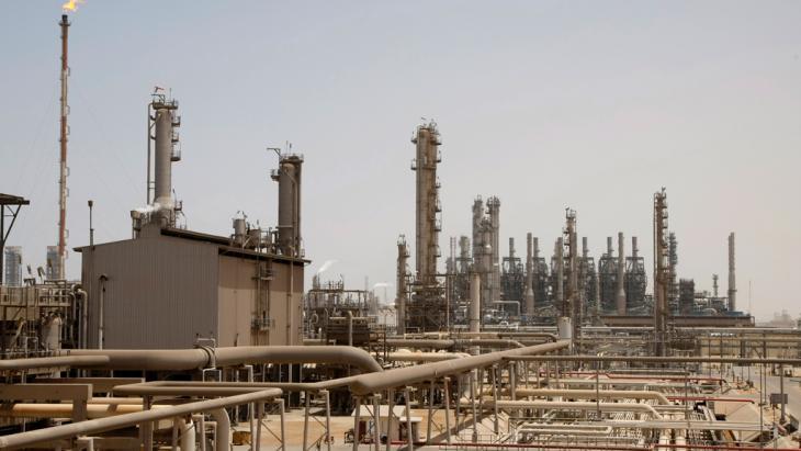 أحد المرافق النفطية في منطقة الجُبَيْل الساحلية شرق المملكة العربية السعودية على بُعد 600 كيلومتر من الرياض.  photo: ddp images/AP Photo/Hassan Ammar