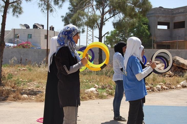 فتيات يتمرنّ على ألعاب بهلوانية. photo: Palestinian Circus School