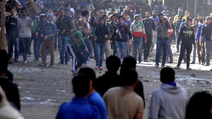 مناوئو العسكر في مواجهات في منطقة الجيزة بالقاهرة. Foto: AFP/Getty Images