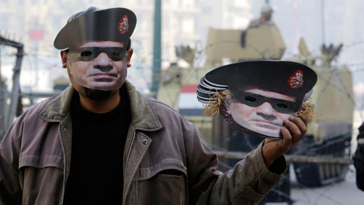 Mann verkauft am 3. Jahrestag der Revolution in Kairo Masken von Abdel Fattah al-Sisi in Kairo; Foto. AP/picture-alliance