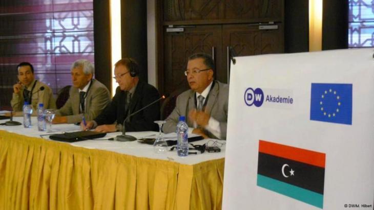 بتكليف من المفوضية الأوروبية تساهم أكاديمية دويتشه فيله  DW في عملية إصلاح الإعلام العمومي في ليبيا حتى تصبح قنواته مؤسسات مستقلة خاضعة لضوابط المعايير المهنية.