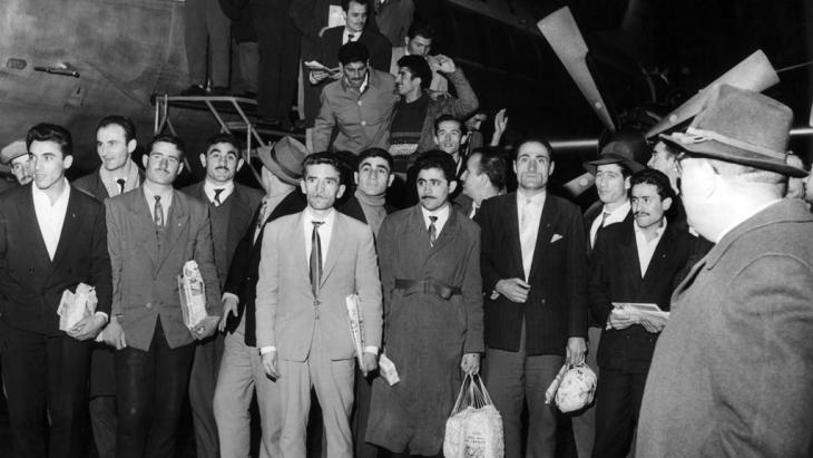 وصول عمال وافدين من تركيا بتاريخ 27 / 11 / 1961 إلى مطار مدينة دوسلدورف الألمانية. Foto: dpa/picture-alliance