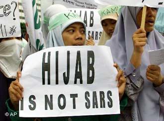 نساء إندونيسيات مسلمات في احتجاجات على قرار فرنسا عام 2004 حظر حجاب المسلمات والرموز الدينية في المدارس الفرنسية العامة. photo: AP