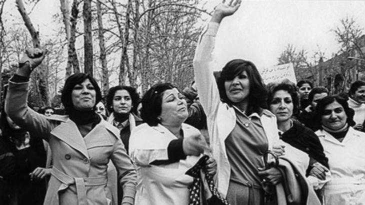 نساء في طهران عام 1979 في احتجاجات ضد قانون يفرض ارتداء الحجاب.  photo: no copyright