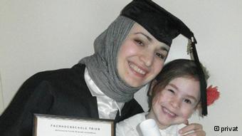 المصممة بلقيس بخرشييفا مع ابنتها الوحيدة